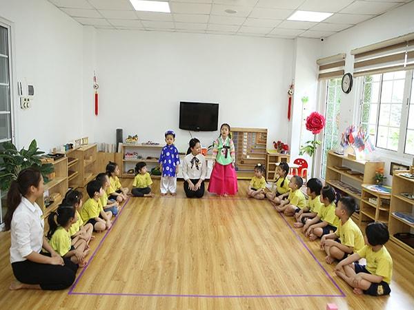 Phân biệt phương pháp Montessori và giáo dục truyền thống