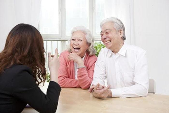 Ngôn ngữ hình thể cũng là yếu tố cần chú ý trong kỹ năng giao tiếp với người lớn tuổi